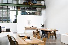 E15 Arquitectura en madera maciza Un polígono industrial al oeste de Frankfurt. Un espacio amplio que combina una exposición, unas oficinas y un almacén, es el campamento base de la marca E15. Aunque fundada en 1995 en Londres, la marca Alemana apuesta por los principios de un diseño de calidad, coherente