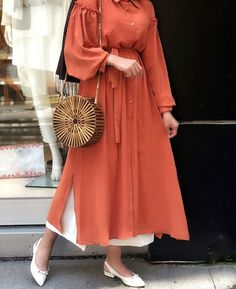Autumn vibes with this dress and bamboo bag Modest Wear, Modest Dresses, Modest Outfits, Simple Dresses, Abaya Fashion, Muslim Fashion, Modest Fashion, Fashion Outfits, Casual Hijab Outfit