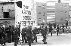 British soldiers on duty in Londonderry, N Ireland, UK, clash with stone-throwing youths at Free Derry Corner in the Bogside district of the. British Armed Forces, British Soldier, British Army, Time In Ireland, Ireland Uk, Northern Ireland Troubles, Civil Rights March, Irish Republican Army, Channel