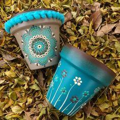 Paint Garden Pots, Painted Plant Pots, Painted Flower Pots, Flower Pot Art, Flower Pot Design, Flower Pot Crafts, Clay Pot Projects, Clay Pot Crafts, Pots D'argile
