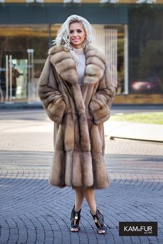 Look at those pelts 💕 Sable. Sable comes in a variety of colours and textures. The pelts can be aligned to create different patterns. I do love the look of this coat actually. Sable Fur Coat, Long Fur Coat, Shearling Coat, Fur Fashion, Winter Fashion, Fashion Over 40, Winter Coats Women, Coats For Women, Fabulous Furs