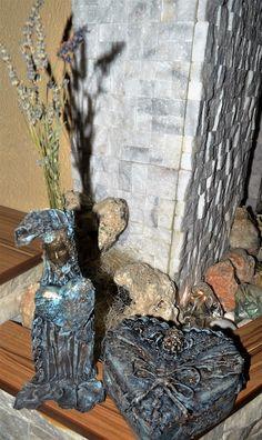 Itt már látszik, hogy a női alak valójában egy váza, mely kerámia alapra van készítve.Együtt a szív alakú  fa ládikával,mely belül tükrös.