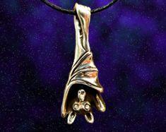 Schläfrig Fledermaus hängen Fledermauskette oder Anhänger in Sterling Silber, Fledermaus Schmuck