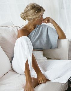 Pantalon blanc lin, top rayé, cool casual mode, casual chic femme moderne, femme blonde chignon bas Source by archzinefr clothing for summer Mode Outfits, Casual Outfits, Fashion Outfits, Fashion Tips, Fashion Hacks, Latest Outfits, Sneakers Fashion, Fashion Trends, Fashion Mode