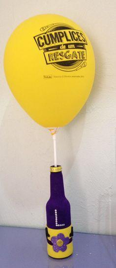 Centro de mesa no tema Cumplices de um resgate com a inicial do aniversariante em strass  *Acompanha bexiga roxa ou amarela sem o logotipo do C1R  *Acompanha vareta  *Opcional bexiga do Cumplices, adicionar 1,60 unitario.