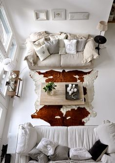 Vicky's Home: Una casa que rebosa calidez / Perfect house full of warmth Rugs In Living Room, Home And Living, Living Room Decor, Living Spaces, Room Inspiration, Interior Inspiration, Cowhide Decor, Salons Cosy, White Couches