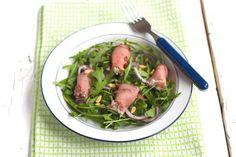 Een ontzettend lekker recept voor een rucolasalade met gevulde rosbief rolletjes. De vulling bevat roomkaas, rode ui, zongedroogde tomaat en bieslook