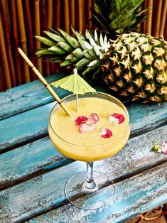 Raikkaat kesäjuomat virkistävät oloa ja pitävät nestetasapainoa yllä näin kesähelteiden keskellä. Alkoholittomat mocktailit, jäähileiset slushit, jäätee ja itse tehdyt limonadit ovat parhautta kylmän veden lisäksi. #kesä #juoma #mocktail #mangomocktail #slush #jäätee #limonadi Pineapple, Mango, Fruit, Sports, Food, Manga, Hs Sports, Pinecone, Meal