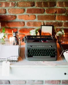 Excelente idea... deja tus mejores deseos a los novios escibiendoles en una maquina de escribir antigua.... buenisimo!!!