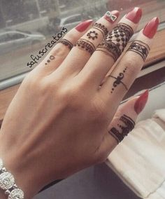 Henna is an immortal fashion trend to beautify girl's hands. Henna remains inn in fashion from ancie Henna Tattoos, Mehndi Tattoo, Henna Tattoo Designs, Finger Tattoos, Arm Tattoo, Sleeve Tattoos, Mehndi Art, Tattoo Ideas, Finger Henna Designs