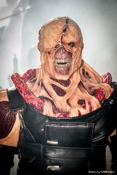 Resident Evil: Nemesis ?...that's the best fecking cosplay I've ever seen....
