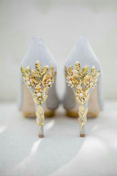 gogerous page gray wedding shoes with gold leaves and cherry blossom. Oooh I want these on my wedding day. Pretty Shoes, Beautiful Shoes, Cute Shoes, Me Too Shoes, Beautiful Life, Fancy Shoes, Gold Shoes, Formal Shoes, Gold Bridal Shoes