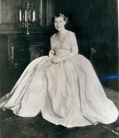 First Lady Mamie Eisenhower in the formal gown she wore to the presidential inaugural ball in Washington. The foamy evening dress of Renoir Pink Peau-de-soie is decorated with more than 200 rhinestones. List Of Presidents, American Presidents, Famous Women, Famous People, Dwight Eisenhower, Presidential History, The Good Old Days, Vintage Photographs, Art History