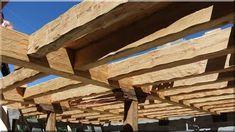 bontott fagerendákból épített tetőszerkezet