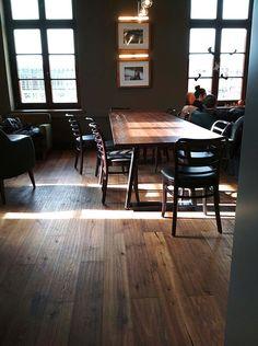 Starbucks (PL) - Oximoro Evo Antico #skema #italiandesign #pavimento #design #oximoro #flooring #wood Old Wood, Evo, Starbucks, Boudoir, Restaurants, Conference Room, Table, Furniture, Design