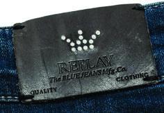 etiqueta de cintura grabada con stamping corona Replay.
