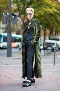 The Best Street Style Looks From Paris Fashion Week - Fashionista Hipster Grunge, Grunge Goth, Street Style Vintage, Spring Street Style, Street Style Looks, Tilda Swinton, Fashion 2020, Paris Fashion, Estilo Tomboy