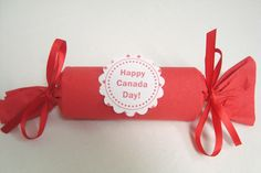 All you need to make thess party favors are toilet paper rolls, red napkins, ribbon, tape, and a selection of candies and/or small toys. Canada Day 150, Happy Canada Day, Craft Party, Diy Party, Party Favors, Crafts To Make And Sell, Easy Diy Crafts, Canada Day Centrepiece, Daycare Crafts