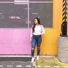 Blogger street style in high waisted distressed Levi's.