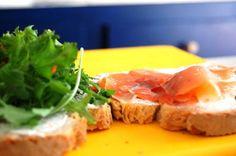 SANDWICH HOUSE - Uma sandes descomplicada marcada por um sabor determinante, para os amantes de sabores marinhos...  Pão alentejano, salmão fumado com queijo philadelphia, sementes de girassol e bastante rúcula e alface!!!