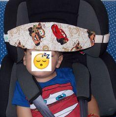Faixa Soneca - SlumberSling Faixa para segurar a cabeça da criança na cadeirinha do carro.  Seu bebê fica com a cabeça pendurada quando dorme no carro? Essa faixa você prende na própria cadeirinha (alça ajustável) e o seu bebê já tem onde apoiar a cabecinha quando cair no sono!  Indicada para cadeira de segurança que tem cinto próprio (modelos para crianças de 9 a 18 quilos, aproximadamente de 1 a 4 anos). Fabric Crafts, Sewing Crafts, Craft Organization, Baby Sewing, Baby Sleep, Holidays And Events, Fabric Patterns, Couture, Car Seats