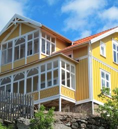 fiskebackskil-fint-gult-hus-fin-glasveranda