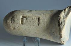 Bollo anfora greca, III secolo a.C. Bollo sul manico di anfora greca con testa radiata. Collezione privata