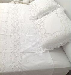 Para ENVIO IMEDIATO 😊🏃🎁 Deixando uma cama um Luxo com JOGO DE LENÇOL VIRA QUEEN BORDADO RICHELIEU-FLOR DE ÍRIS - BRANCO (4 PEÇAS) // todo no Tecido Percal 100% Algodão 230 fios. // mais detalhes em http://www.bordadosdoceara.com.br/produtos/cama/jogo-de-lencol-vira-queen-bordado-richelieu-flor-de-iris-4-pecas-detail.html // WhatsApp 85 98959.9107 //