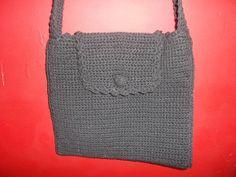Bolsa em tamanho pequeno, com botão revestido em crochê, alça média, indicada para uso em um ombro, não transversal. COR: Preta. R$ 85,00