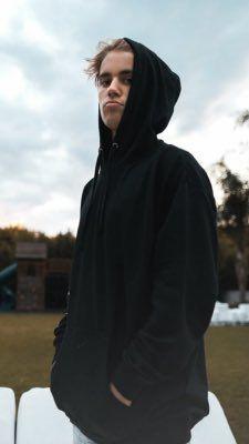 Justin Bieber looks sad in his black hoodie Justin Love, Justin Baby, Justin Hailey, I Love Justin Bieber, Justin Bieber Wallpaper, Justin Bieber Lockscreen, Sarah Michelle Gellar, Mariska Hargitay, Christina Aguilera