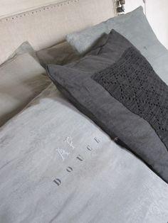 Coussins home made en lin damassé teinté céladon, lin et crochet teinté orage et pochoir douce nuit