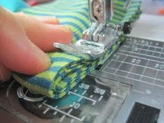 Ich möchte gerne mit euch teilen, wie ich schnell und einfach Umschlagbündchen… I'd like to share with you how to quickly and easily sew cuff or jersey envelopes, which are then completely standard … Sewing Hacks, Sewing Tutorials, Sewing Crafts, Sewing Projects, Sewing Patterns, Love Sewing, Sewing For Kids, Baby Sewing, Diy Crafts To Do