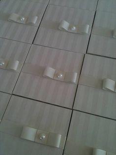 Caixas para  lembrança  padrinhos de casamento. O tecido usado para revestimento foi jacquard listrado na cor off-white, com arremate fita de gorgurão e laço Channel com meia perola.  PRONTA ENTREGA - OFERTA !!!!! CAIXAS COM FINO ACABAMENTO LEVAM ASSINATURA DA ARTISTA PLÁSTICA.  Prazos   para caixas sob encomenda. Geralmente o  prazo de envio varia de 20 à 30 dias úteis,  porem, dependerá da complexividade do pedido.  Envio O envio será feito por SEDEX ou PAC, ambos com número de…