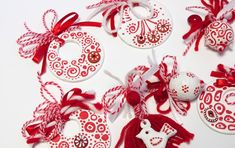 Ето и малко снимки на мартениците, които сътворих по поръчка за този 1-ви март. Има дори мартенички с Косе-Босе :)  Пожелавам на всички, кои... Baba Marta, International Craft, Ceramic Candle Holders, Gift Of Time, Holiday Traditions, Perfect Party, Diy Projects To Try, Kids And Parenting, Christmas Bulbs
