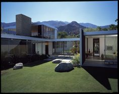 The Kaufmann House in Palm Springs, California. Completed between Richard Neutra-architect Richard Neutra, Richard Meier, Residential Architecture, Architecture Design, Chinese Architecture, Pavilion Architecture, Vintage Architecture, Architecture Office, Futuristic Architecture