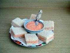 Sándwichitos de mezcla de Yía ~ Ingredientes: 1 lata de jamonilla 1 frasco de 8 onzas ( pequeño) de Cheez Whiz ¾ taza ( 6 onzas) mayonesa de la marca que desee 1lata de 4 onzas de pimientos morrones con su jugo 4 a 6 aceitunas 1 paquete de pan rebanado de 1 libra