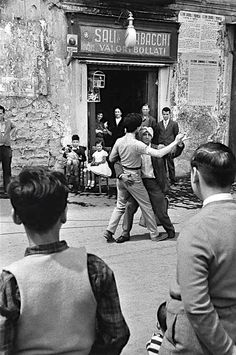 Teatro di strada ..Napoli 1956 foto di Rene Burri
