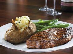 Steak mit Ofenkartoffel und grünen Bohnen ist ein Rezept mit frischen Zutaten aus der Kategorie Rind. Probieren Sie dieses und weitere Rezepte von EAT SMARTER!