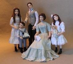 Edwardian dollhouse family of five created by Debbie Dixon-Paver Dollhouse Family, Dollhouse Dolls, Miniature Dolls, Dollhouse Miniatures, Miniature Houses, Dollhouse Ideas, Victorian Dolls, Victorian Dollhouse, Antique Dolls