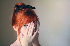 El cobrizo dorado suaviza mucho los rasgos y aporta esa dulzura de niñez. Para potenciar este efecto, adorna tu cabello con lazos y cintas finas de colores oscuros para que resalte más.