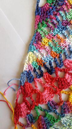 Samba Rose Sjaal Hallo allemaal, In deze blog geef ik uitleg hoe ik de Samba Rose sjaal heb gehaakt. Zelf ben ik helemaal weg van de SMC Catania Color. Dit garen is zo kleurrijk en met de meest vreemde kleurcombi's lijken het stuk voor stuk wel toverballetjes. Deze sjaal maken, of zijn broertje de Carnival... Lees meer Crochet Cardigan, Knit Crochet, Crochet Hats, Crochet Stitches, Crochet Patterns, Crochet Shawls And Wraps, Knitting Designs, Free Knitting, Needlework