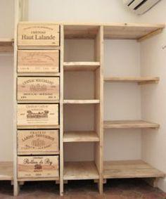 Réalisation simple en planches de bois de pin, préalablement traité. récupération de caisses de vin pour les tiroirs: