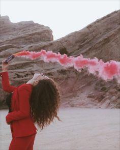 Colored smoke in desert Smoke Bomb Photography, Photography Editing, Color Photography, Creative Photography, Portrait Photography, Editorial Photography, Red Smoke Bomb, Desert Aesthetic, Couple Aesthetic