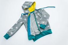 Kostenloses Schnittmuster: Sweatjacke für Kinder nähen | Snaply-Magazin Sewing For Kids, Baby Sewing, Dress Tutorials, Textiles, Baby Shirts, Hoodies, Sweatshirts, Free Pattern, Vest