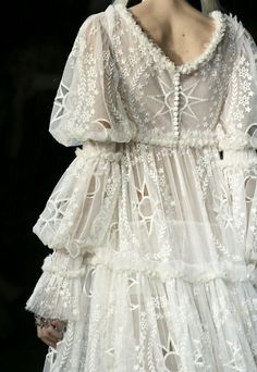 Alexander McQueen Fall 2014 RTW - Details - Fashion Week - Runway, Fashion Shows and Collections - Vogue love the dress but it looks like the forgot to sew her weave in. Runway Fashion, High Fashion, Fashion Show, Couture Fashion, Couture Style, Fashion Styles, Fashion Fashion, Trendy Fashion, Womens Fashion
