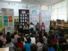 Los alumnos de 4º leen cuentos a los mas pequeños en el día de los derechos del niño.