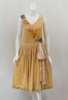 Circa 1924 appliquéd robe de style dress, A robe de style that has not been remodeled is quite rare. With the original built-in panniers (side hoops), this exemplary piece is made from luxe maize-hued velvet. The neckline and hem are accented with folded- 20s Fashion, Art Deco Fashion, Fashion History, Retro Fashion, Fashion Dresses, Vintage Fashion, Club Fashion, Fashion Trends, Jeanne Lanvin