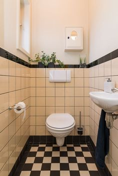Huis te koop: Molenstraat 12 a 5554 JP Valkenswaard [funda] Small Bathroom Interior, Art Deco Bathroom, Bathroom Styling, Small Toilet Room, New Toilet, Understairs Toilet, Bedroom Built In Wardrobe, Toilet Tiles, Mid Century Bathroom