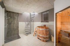 Exklusives Design auch im Badezimmer mit Sauna und Badezuber
