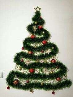 Looking for Christmas decoration for small space. Then you should definetly put up a wall Christmas Tree. Here are best DIY Wall Christmas tree ideas. Grinch Christmas Lights, Photo Christmas Tree, Diy Christmas Garland, Unique Christmas Decorations, Christmas Crafts To Make, Simple Christmas, Pallet Wood Christmas Tree, Alternative Christmas Tree, Christmas Wonderland